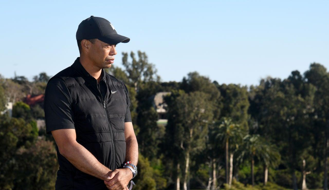 Tiger Woods publica una foto en muletas