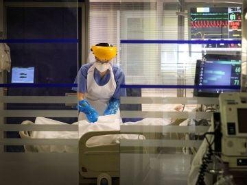 Una sanitaria atiende a un paciente en la UCI del Hospital de Galdakao
