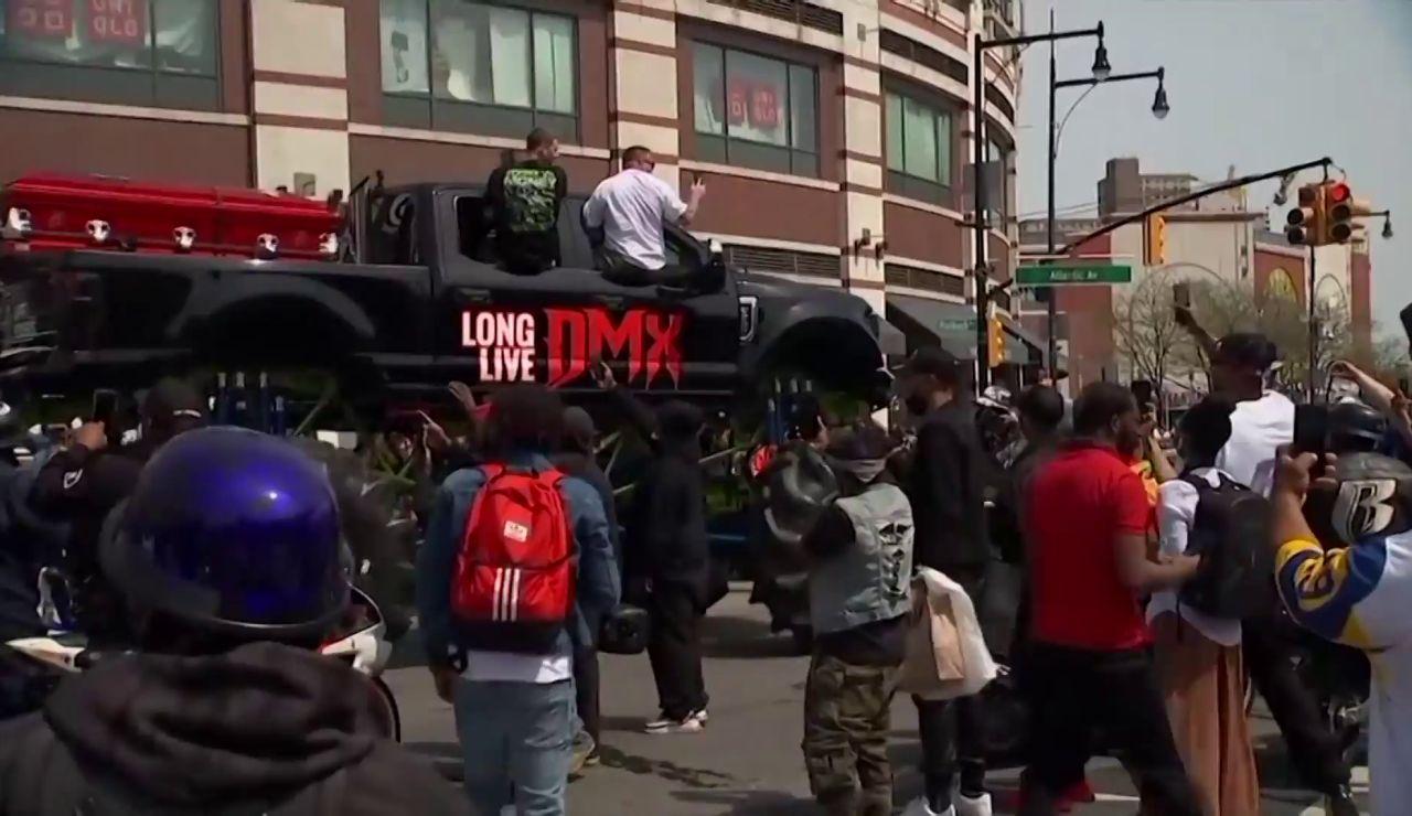 Cientos de motoristas acompaña al féretro del rapero DMX a su paso por Nueva York