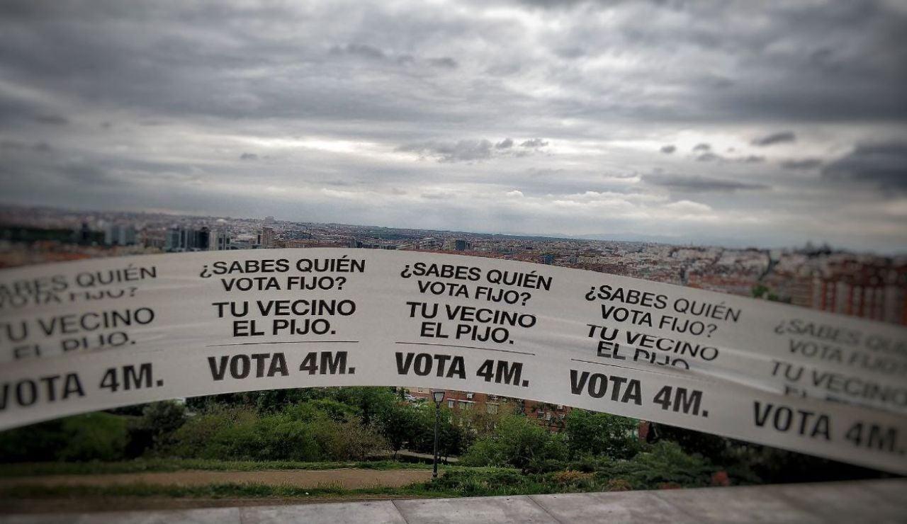 """Colocan una pancarta de 1 kilómetro en Vallecas con el lema """"quien vota fijo es tu vecino el pijo"""""""