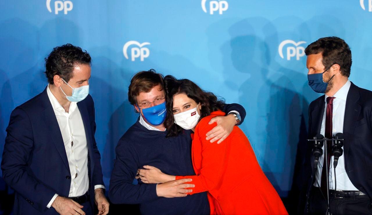 Isabel Díaz Ayuso celebra su victoria junto a Martínez Almeida y Pablo Casado