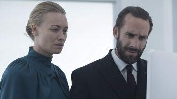 Yvonne Strahovsky y Ralph Fiennes como Serena y Fred en 'El cuento de la criada'