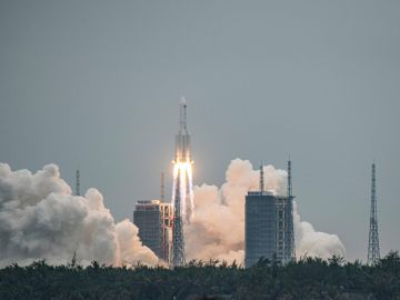 el cohete chino fuera de control cae en el océano Índico