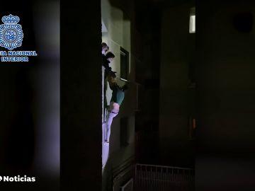 """Una joven convence a su pareja para que no se tire por la ventana tras agredirla en Madrid: """"Porfa sube"""""""