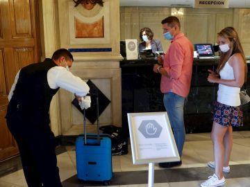 Unos turistas a su llegada a un hotel madrileño