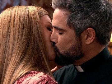 Gorka antepone el amor a la fe: besa a Maica apasionadamente