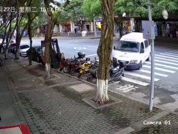 El impactante momento en que un coche se queda a centimetros de atropellar a un bebé