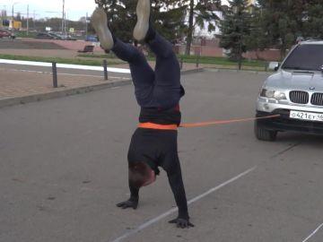 Iván Shurupovl, el atleta ruso capaz de arrastrar un todoterreno durante 17 metros haciendo el pino