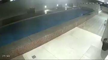 Una piscina se derruma en el techo de un bloque de apartamentos en Brasil