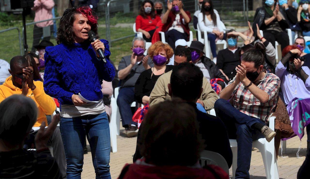 La número tres en las listas de Unidas Podemos para la Comunidad de Madrid, Vanessa Lillo (i) durante un acto electoral del partido en el Parque de Olof Palme en Madrid