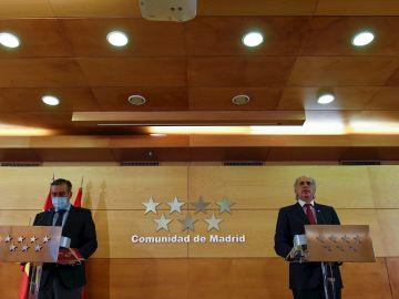 Los consejeros de Justicia y Sanidad de la Comunidad de Madrid, Enrique López (i) y Enrique Ruiz Escudero