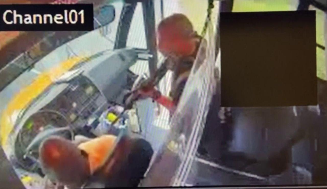 Secuestra autobús escolar