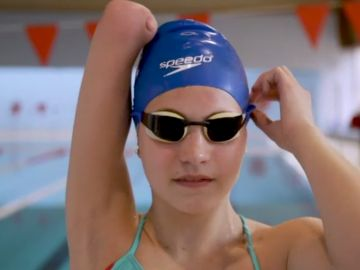 Anastasia, una nadadora sin brazo que aspira a los Juegos Paralímpicos
