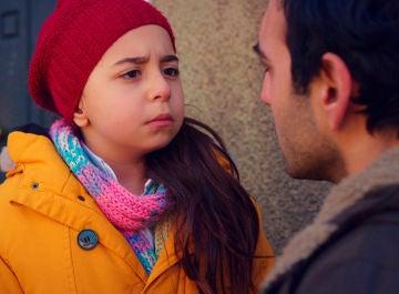 """Demir, paralizado con la pregunta de Öykü: """"¿Por qué se sabe mi nombre?"""""""