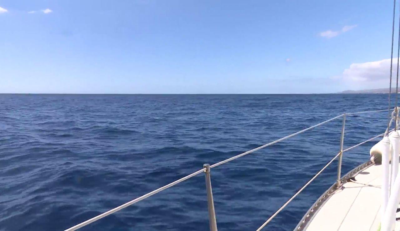 Antena 3 Noticias navega por la zona en la que se encontró la barca del padre de las niñas desaparecidas en Tenerife