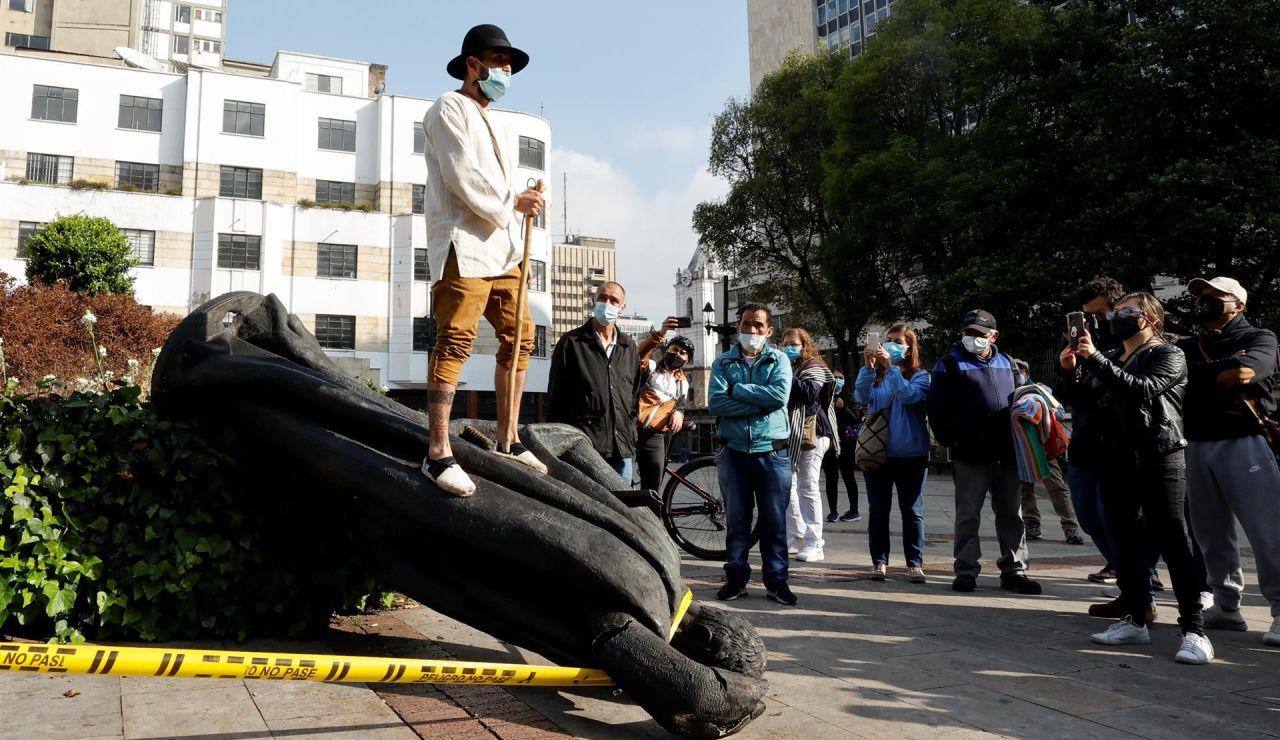 Grupos indígenas derriban la estatua del fundador español de Bogotá