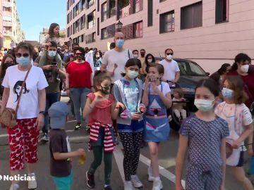 Cientos de vecinos protestan contra 12 cocinas industriales pegadas a un colegio público en el centro de Madrid