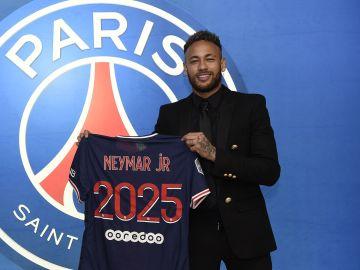 Neymar renueva con el PSG hasta 2026
