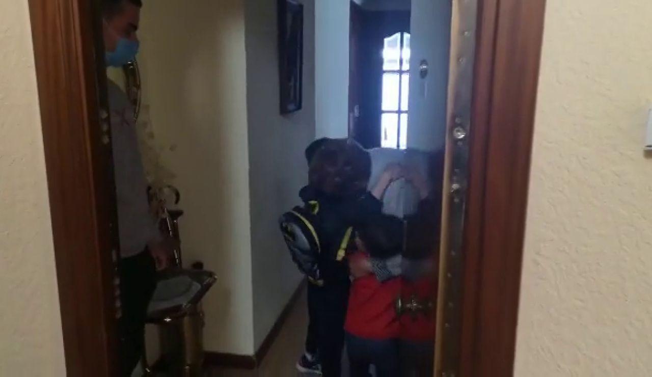 Reencuentro entre una abuela y sus nietos
