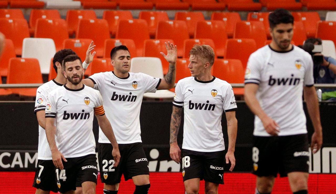 Maxi Gómez celebra con sus compañeros uno de los goles del Valencia.