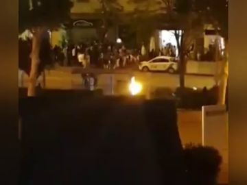 Las imágenes de un botellón en frente a un planta UCI en Madrid tras finalizar el estado de alarma