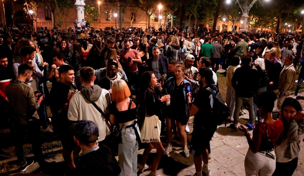 Miles de personas salen a las calles para festejar el fin de toque de queda