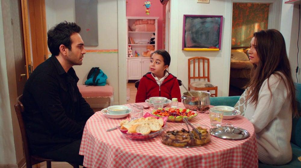 Öykü quiere saberlo todo sobre la historia de amor de Candan y Demir