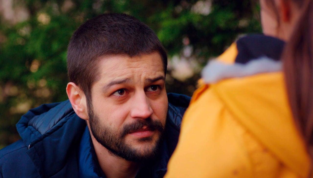 """La impactante confesión de Cemal provoca un desmayo en Öykü: """"Yo soy tu padre"""""""