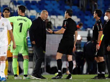 """Zidane: """"Estoy muy enfadado, me tienen que explicar la regla de las manos en los penaltis"""""""