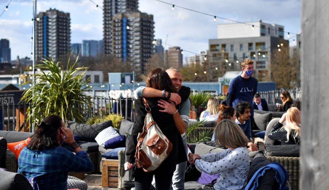 Dos personas se abrazan en Londres