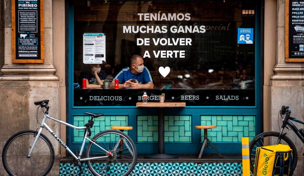 Cartel de un restaurante en Barcelona por el fin del estado de alarma