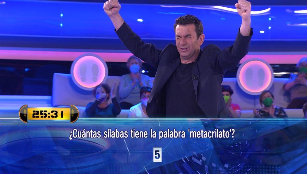 """Arturo Valls, eufórico tras tanto estudiar una palabra en '¡Ahora caigo!': """"Ya puedo presentar 'Pasapalabra'"""""""
