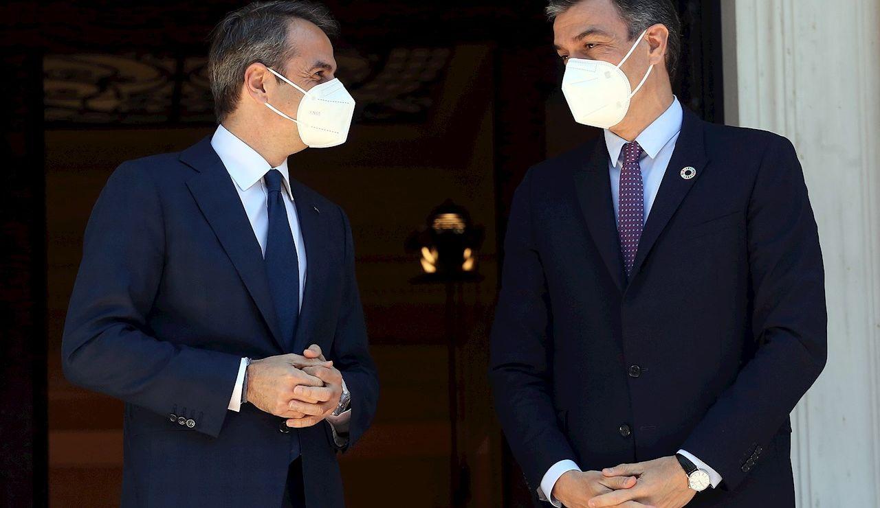 El presidente del Gobierno español, Pedro Sánchez, este lunes en Atenas junto al  primer ministro griego, Kyriakos Mitsotakis