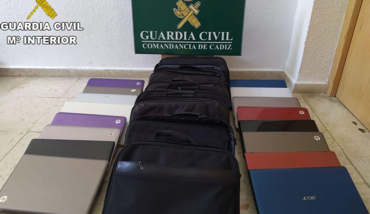 Los maletines investigador por la Guardia Civil de Cádiz.