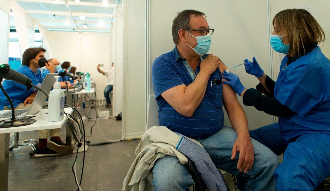 Un hombre recibe la vacuna contra el coronavirus en Cataluña