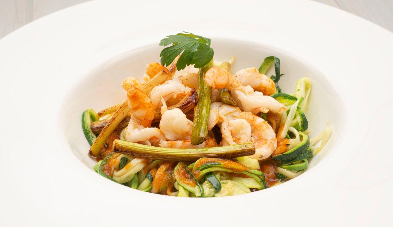 Receta saludable, diferente y especial, de Karlos Arguiñano: espaguetis de calabacín con langostinos