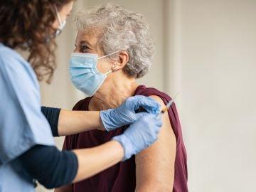 vacuna coronavirus anciana