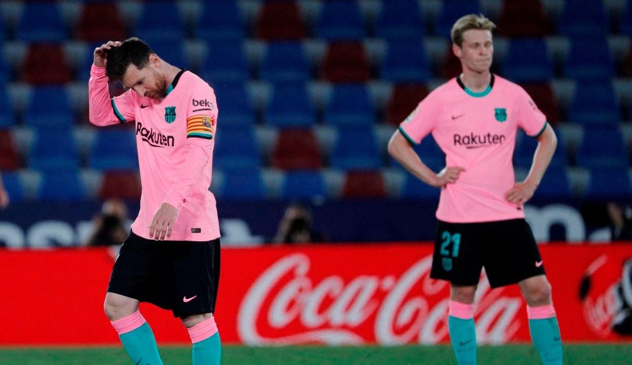 Messi y De Jong se lamentan tras un gol del Levante