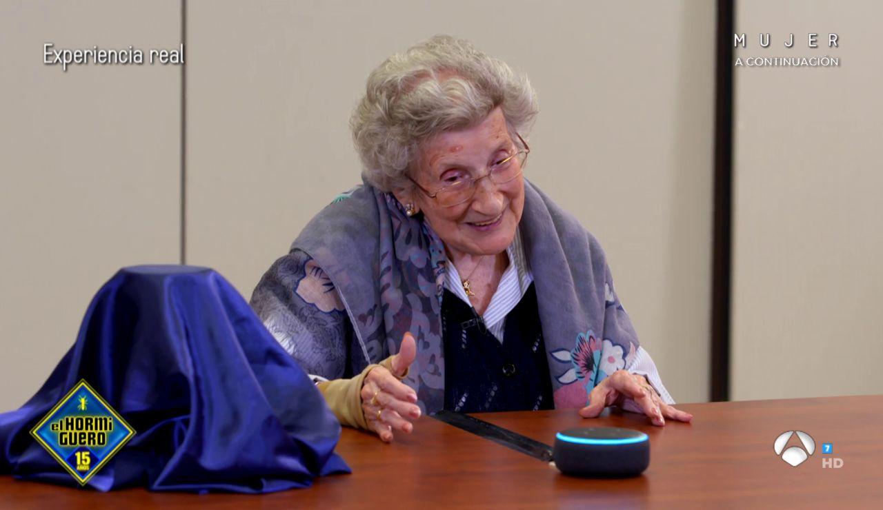 Tecnología frente a tradición: los mayores conocen a Alexa y los jóvenes, las cartas