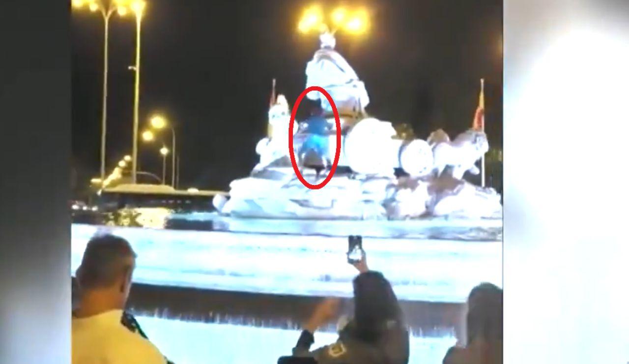 Un aficionado del Sporting de Portugal se cuela en Cibeles y le pone una bufanda del club luso a la diosa