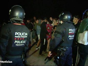 Un detenido y casi 3.500 desalojados en botellones y aglomeraciones en Barcelona