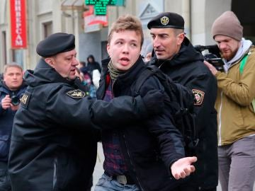 Desvían un avión de Ryanair tras una supuesta amenaza de bomba y detienen a un opositor bielorruso