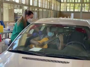 Recibe la vacuna cantando y tocando la guitarra