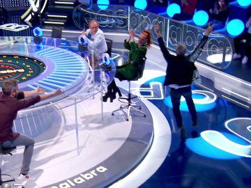 ¡Es imbatible! Paco Morales, eufórico, corre alrededor de la mesa tras acertar en 'La Pista'