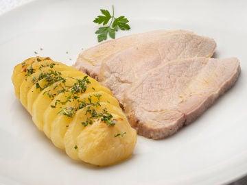 Receta fácil de Karlos Arguiñano: lomo de cerdo a la sal con patatas asadas