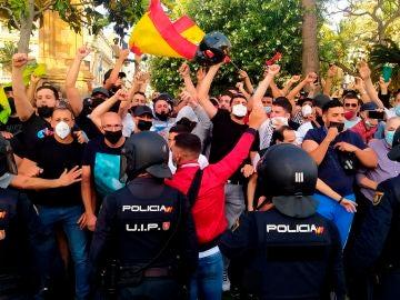La Policía Nacional ante las protestas en la Plaza de los Reyes de Ceuta, tras la prohibición del acto de Santiago Abascal