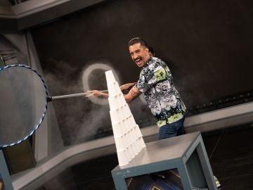 Aros de humo son capaces de destruir una pirámide de vasos en 'El Hormiguero 3.0'