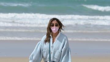 Paz Padilla, en la playa paseando a su perro