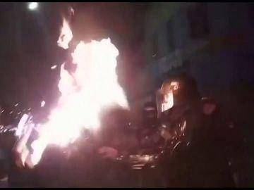 Arrojan un cóctel molotov a la cabeza de un policía