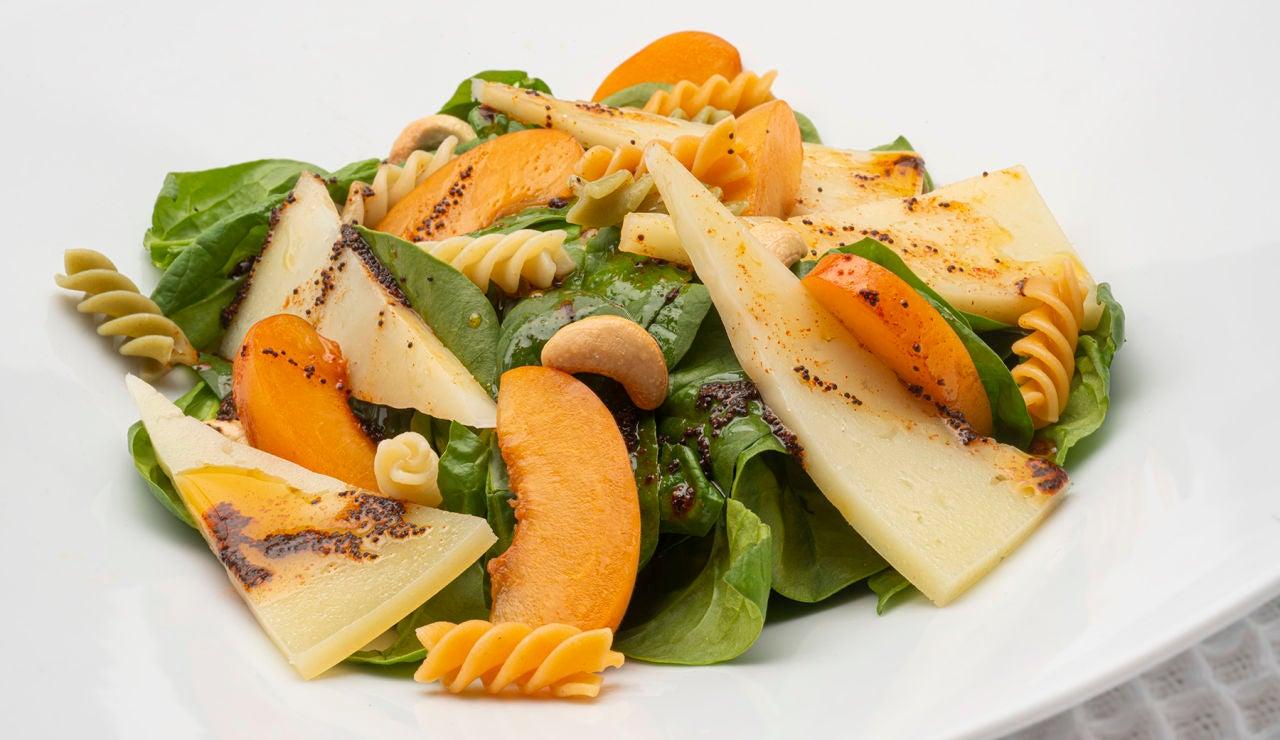 """La ensalada """"con poco trabajo"""" y muchas alternativas, de Karlos Arguiñano: de espinacas, queso y albaricoques"""